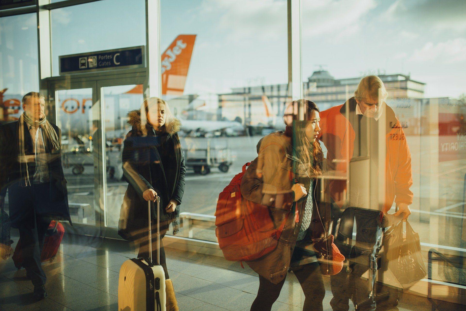 des voyageurs équipés de bagages s'apprêtent à embarquer - blog.troov.com