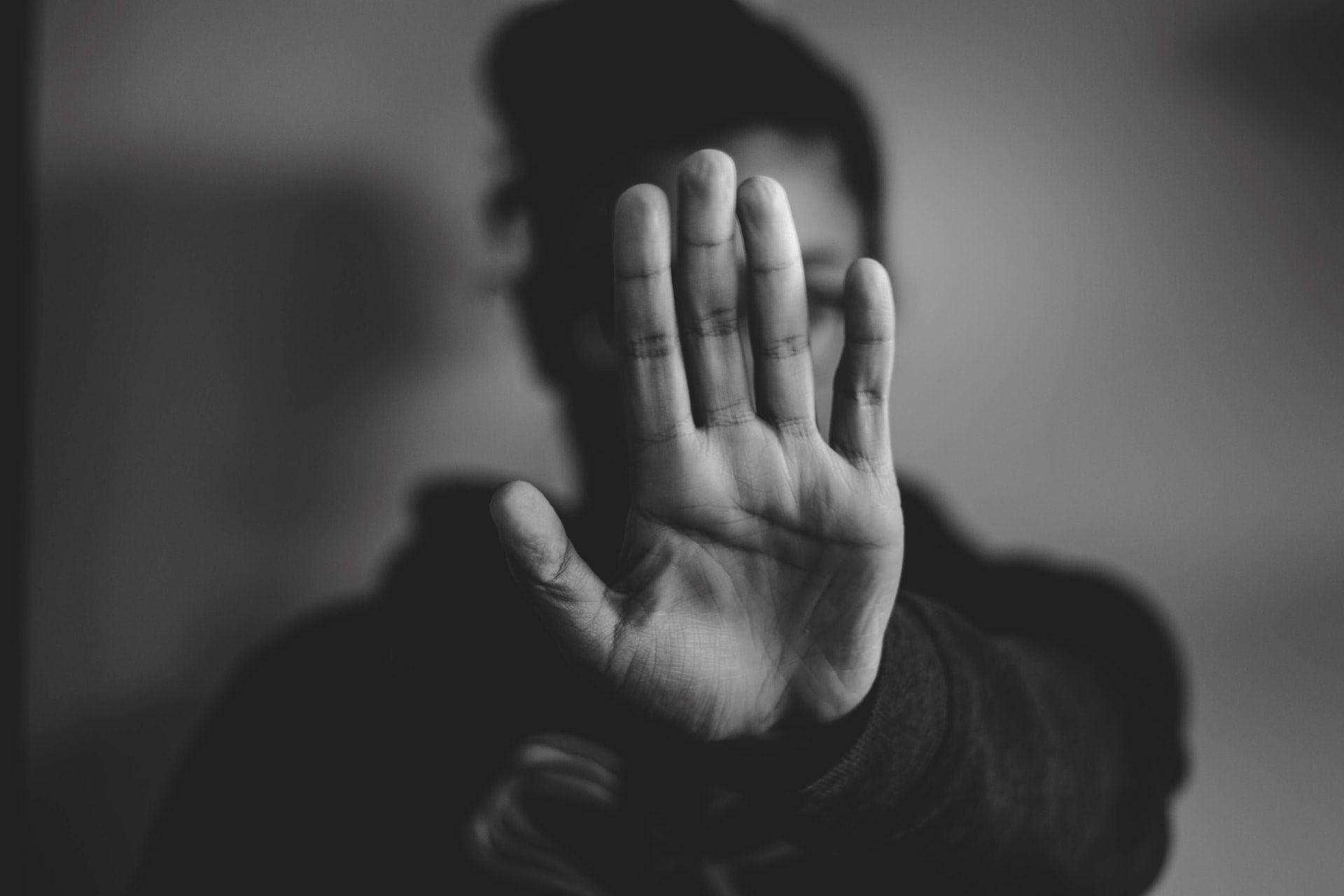 personne qui se cache le visage pour protéger son identité - blov.troov.com